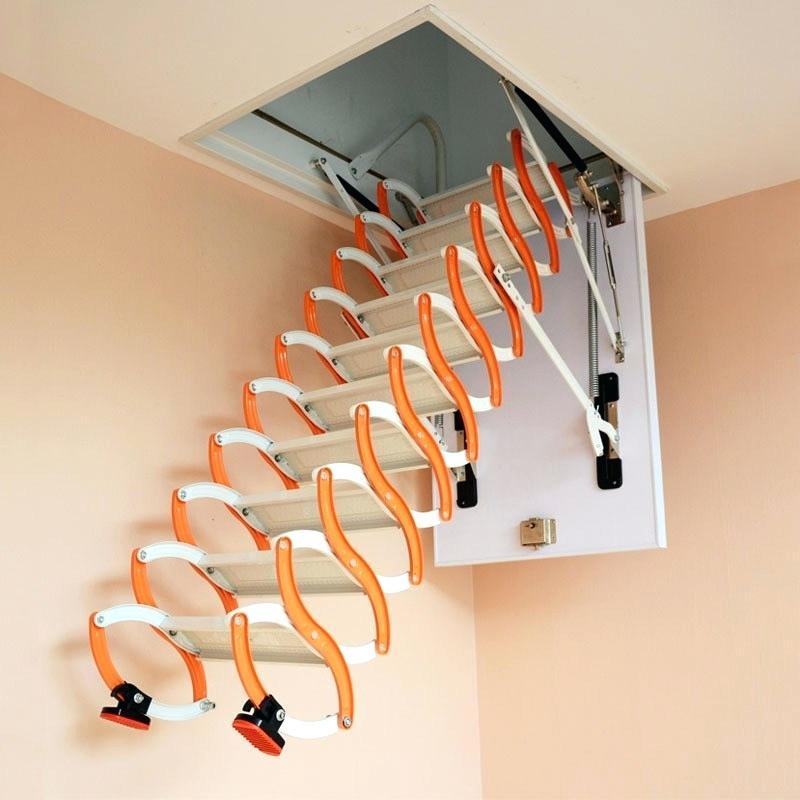 Las escaleras pequeñas plegables ahorran espacio en los interiores