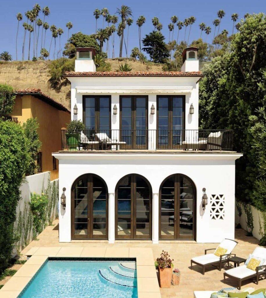 Los balcones de la casa colonial moderna se diseñan como grandes terrazas