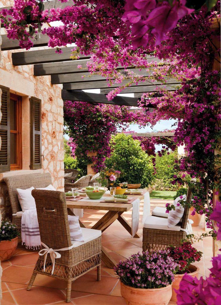 Terraza y jardín de casa moderna