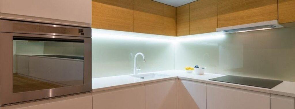 Diseño de iluminación bajo alacenas