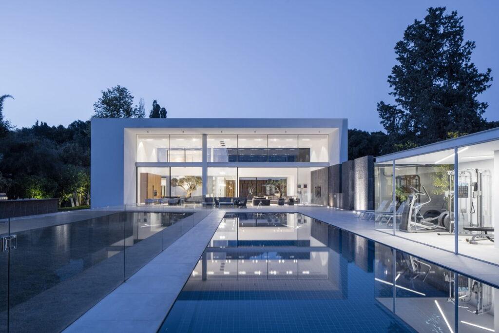 Casa de dos pisos con piscina central. diseño de casas de dos pisos