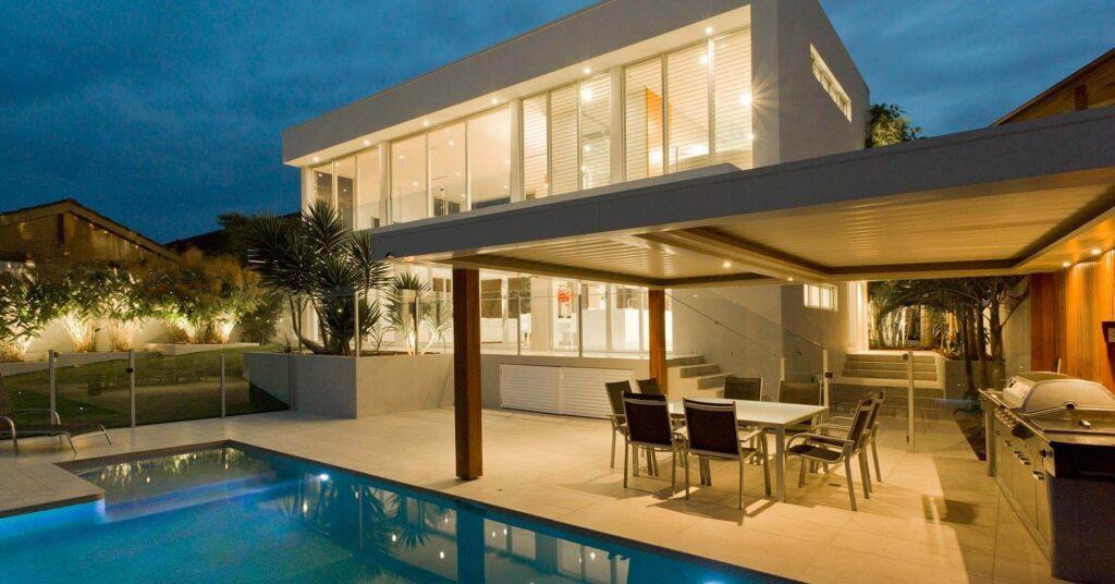 elegante terraza abierta y alberca
